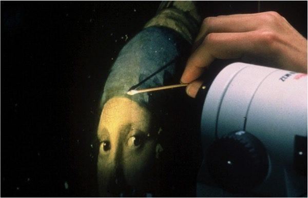 1994年间,约恩‧瓦杜姆在海牙莫瑞泰斯皇家美术馆担任首席修复师时,在清洗《戴珍珠耳环的少女》。(Courtesy of Jorgen Wadum)