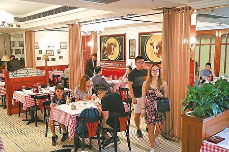 有23年历史的本港首间法式牛扒房W's Entrecôte,昨日因加租压力结束营业,员工和食客都感到不舍。(余钢/大纪元)