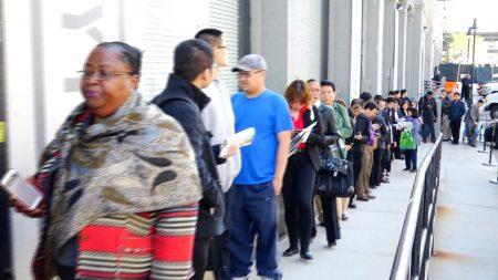 求職者在會場外面排了長隊。