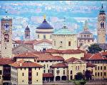 贝加莫是意大利西北部的一个城市,贝加莫古城有多个高矮不一的塔及钟楼,它们是中世纪时期的摩天塔。(Scarlett To 提供)