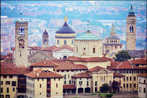 貝加莫是義大利西北部的一個城市,貝加莫古城有多個高矮不一的塔及鐘樓,它們是中世紀時期的摩天塔。(Scarlett To 提供)