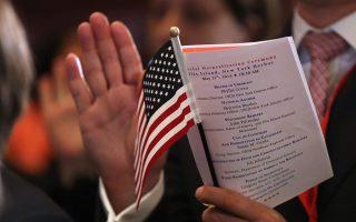 被告利用弱势移民想办理美国身份的心理,骗取钱财。 (John Moore/Getty Images)