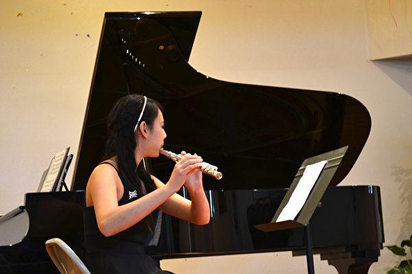 萧靖彤(Cassandra Hsiao)演奏台湾民谣。(萧靖彤提供)