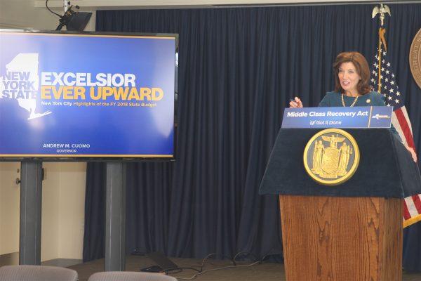 周三(4月19日),副州长胡楚(Kathy Hochul)向亚裔社区介绍2018财年州府预算。 (钟鸣/大纪元)