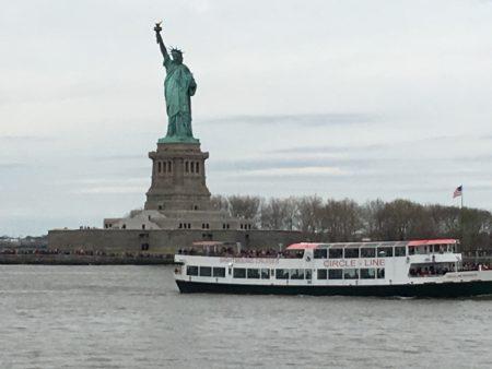 新渡船速度很快的駛過自由女神像和總督島,沿途風景不錯。