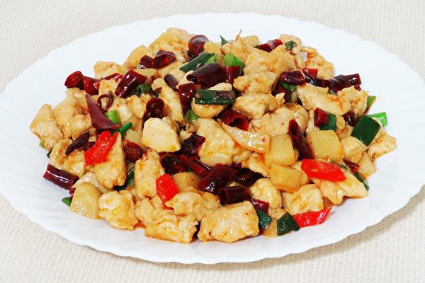 滑嫩可口、鲜甜香辣的文山鸡丁是江西的传统名菜。(摄影:彩霞/大纪元)