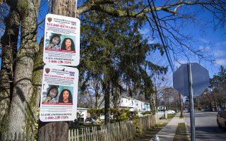 警方3月29日在紐約長島薩福克郡的布倫特伍德高中(Brentwood High School)附近張貼被謀殺的Nisa Mickens(左)和Kayla Cuevas的照片。 (Samira Bouaou/大紀元)