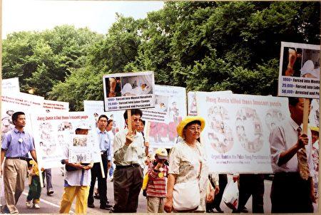 2003年,王大姐(图右二)在美国华盛顿参加游行。(王友凤女士提供)