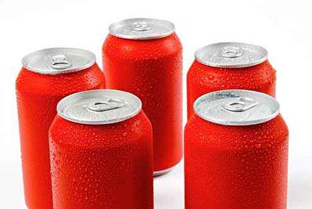 一項最新研究發現,喝健怡汽水(Diet Soda,又稱無糖汽水),罹患中風和痴呆症的風險增加三倍。(fotolia)