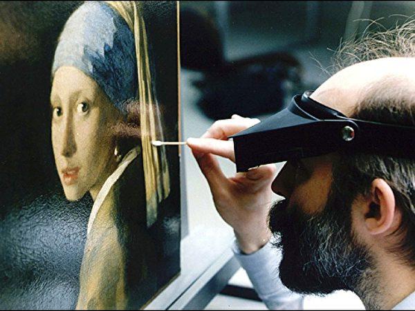 1994年间《戴珍珠耳环的少女》被修复期间拍摄的局部照片。(Courtesy of Jorgen Wadum)