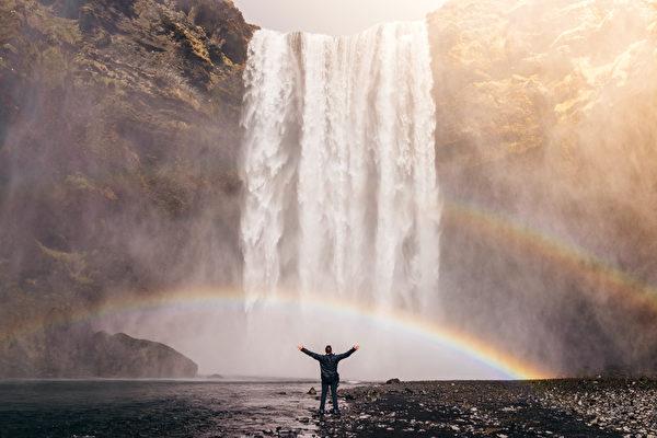 中国古人认为,彩虹是阴阳能量平衡的产物,而清明时节正是一年中彩虹首次出现之时。随着阳气在人体内上升积累,清明时节也有些养生宜忌。(Jared Erondu/Shutterstock)