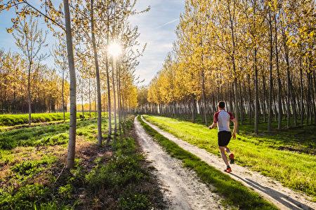 """继续跑下去就对了,永远别停脚。甚至连想都不要想,直到抵达那儿,千万不要把过多注意力放在""""那儿""""是哪里。不管碰到什么,继续跑下去就对了。(fotolia)"""