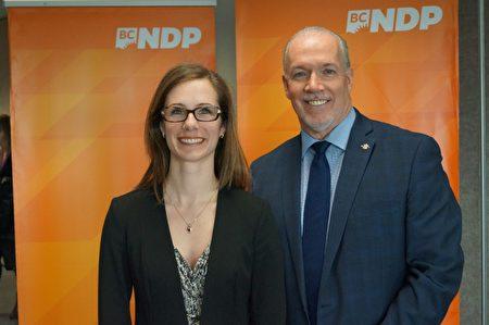 图:卑诗NDP列治文省议员候选人葛凯莉与党领贺谨(右一)合影。(卑诗NDP提供)