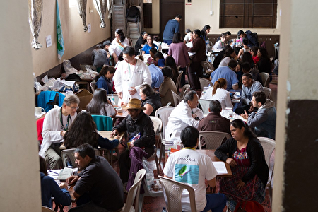 瓜地马拉国际义诊团在义诊中。(图由NATMA提供)