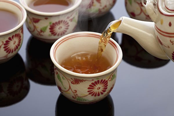 綠茶含抗氧化劑更多,含咖啡因較少,通常被認為是更健康的選擇。 (KPG_Payless/Shutterstock)
