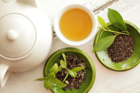 綠茶含抗氧化劑更多,含咖啡因較少,通常被認為是更健康的選擇。 (Shutterstock*)