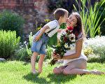 這個母親節,著眼於媽媽的身心健康,愛她的你有很多事可做。(shutterstock)