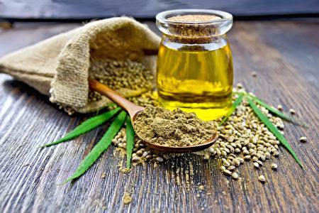 与橄榄油、红花油相比,大麻油的次亚麻油酸含量最高。 (kostrez/shutterstock)