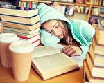 如果父母留意到孩子早上起床特别困难,或者白天特别困倦,应该咨询孩子的保健医或睡眠专家。(Syda Productions/Shutterstock)