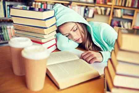 如果父母留意到孩子早上起床特別困難,或者白天特別睏倦,應該諮詢孩子的保健醫或睡眠專家。(Syda Productions/Shutterstock)