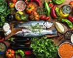 堅持地中海飲食的人可將罹患阿茲海默症的風險降低53%,如魚中的ω-3脂肪酸和蔬果中的多酚都是抗炎營養成分。(Foxys Forest Manufacture/Shutterstock)