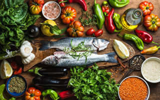 坚持地中海饮食的人可将罹患阿兹海默症的风险降低53%,如鱼中的ω-3脂肪酸和蔬果中的多酚都是抗炎营养成分。(Foxys Forest Manufacture/Shutterstock)