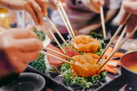 市場上多數標著「大西洋」(Atlantic)鮭魚的都是人工養殖,意味著其生長環境中充斥著農藥、糞便、細菌和寄生蟲。(shutter_o/shutterstock)