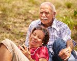 当我们慢慢变老,音乐可以比照片更强烈地触发共同记忆,即使你或亲友患有失智症。(Diego Cervo/Shutterstock)