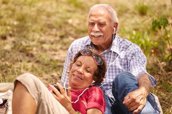 當我們慢慢變老,音樂可以比照片更強烈地觸發共同記憶,即使你或親友患有失智症。(Diego Cervo/Shutterstock)
