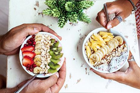素食者可以将起亚籽或亚麻籽粉撒在沙拉、沙冰等餐点上来摄取ω-3。(Alena Ozerova/Shutterstock)
