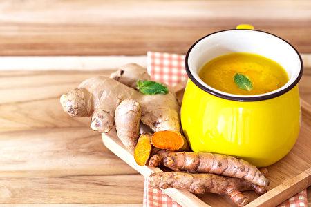 加柠檬和姜的姜黄茶可给肝脏排毒。 (pinkomelet/shutterstock)