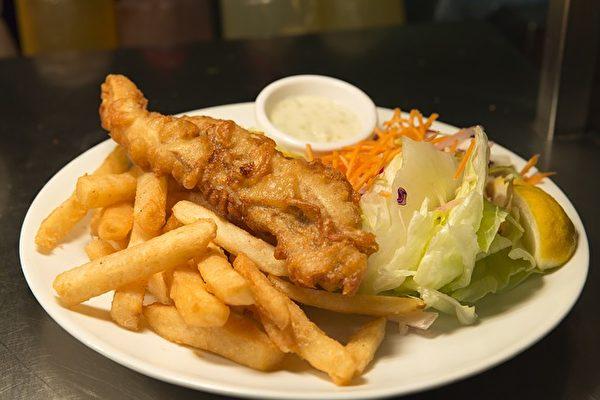 炸鱼薯条是一道源自英国的热食,鱼裹上面糊油炸,搭配炸薯条,吃的时候还会配上不同口味的调味酱,是著名的英国小吃。(Kariwiil/CC/Pixabay)