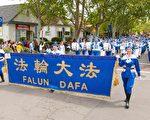 4月22日,法轮大法美西天国乐团第5次参加加大戴维斯分校野餐节游行。(周容/大纪元)