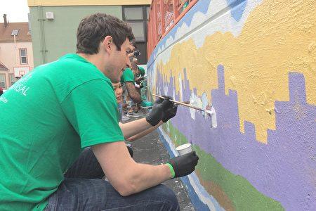 壁畫家Dave Young Kim與學生、義工攜手完成一幅象徵亞太裔融入美國社會的移動壁畫。(林驍然/大紀元)