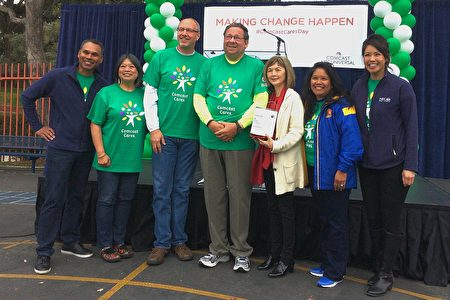 Comcast宣布成立「亞太裔傳統青年教育計畫」,資深執行副總裁兼首席多元文化長柯恩(左4)到場祝賀。(林驍然/大紀元)