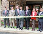 蒙郡郡長萊格特(左四)、郡議會主席柏林(左二)等人與4月20日在Shady Grove舒適酒店前舉行剪綵儀式,祝賀馬州首家企業完成C-PACE項目。(石青雲/大紀元)