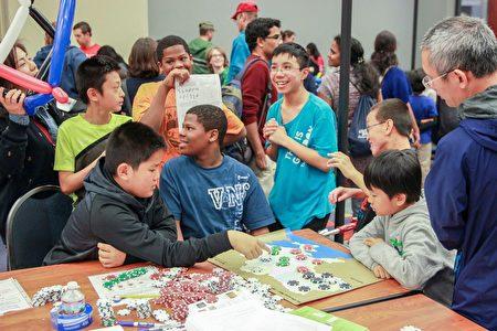 学生在一起讨论游戏。(石青云/大纪元)