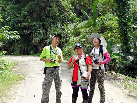 陈晓莹(图中)、林丽娟(图右)和叶锡根(图左)在小岭步道合照。〈陈晓莹提供〉