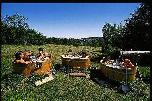 溫泉浴歷史悠久,德國人也特別喜歡通過泡溫泉來舒緩身心,甚至是治療傷病。(黑森林旅遊局提供)