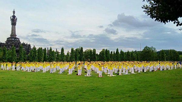 巴厘岛法轮功学员庆祝李洪志先生六十六岁华诞暨世界法轮大法日。巴厘岛法轮功学员集体炼功。(萧律生/大纪元)
