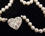 5月17日晚在瑞士日內瓦的佳士得拍賣會上,全球最大的無瑕疵心形鑽石以接近1500萬美元賣出,打破了其同類別的世界紀錄。(Don EMMERT/AFP )