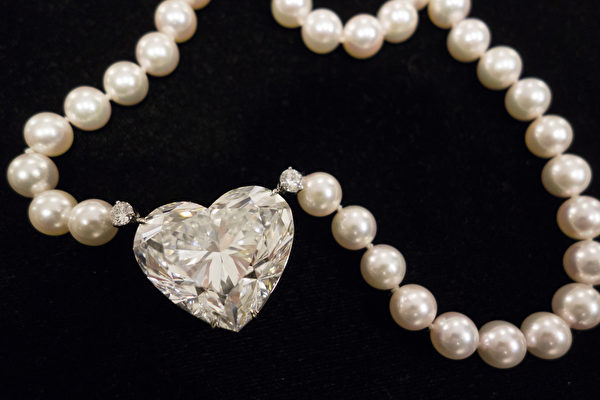 5月17日晚在瑞士日内瓦的佳士得拍卖会上,全球最大的无瑕疵心形钻石以接近1500万美元卖出,打破了其同类别的世界纪录。(Don EMMERT/AFP )