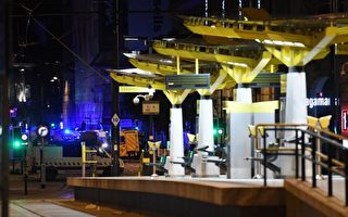 5月23日,美國歌手阿里安娜·格蘭德(Ariana Grande)在英格蘭曼徹斯特舉行音樂會期間,發生恐怖襲擊,緊急救護車輛趕到現場。 (AFP PHOTO/Paul ELLIS)