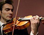 2014年4月15日在苏富比巴黎拍卖行拍卖斯塔拉迪瓦里小提琴。价值超过4500万美元。(AFP PHOTO BERTRAND GUAY)