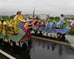 关西镇首次陆上龙舟赛,27日在迎风馆登场。(新竹县政府提供)