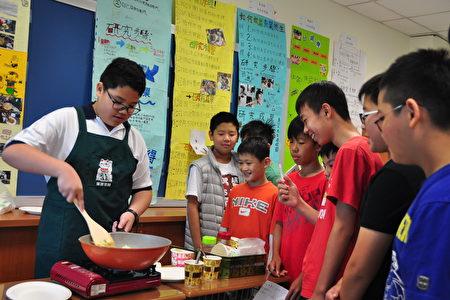 「康橋Time」特色課程展出成果之一:研究炒飯好吃的秘訣。(賴月貴/大紀元)
