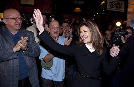 2012年,Calgary Centre选区前保守党国会议员克罗卡特(Joan Crockatt)向支持者挥手。(加通社)