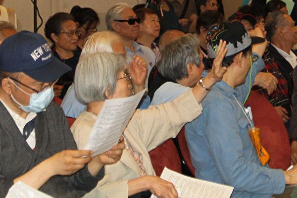 「新唐人肺健康展」現場民眾不斷提問。(韓慧琳/大紀元)