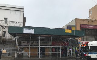 法拉盛羅斯福大道火災商舖近日開始裝修,預計三個月後商家可進場復業。 (林丹/大紀元)