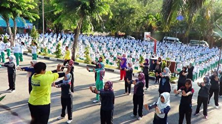 印度尼西亚特拉丹第一中学千人集体学炼法轮功(明慧网)